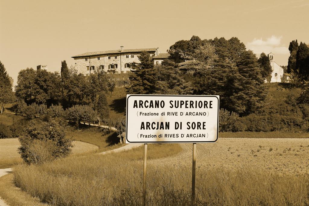 Vista panoramica del Castello di Rive d'Arcano. Cartello segnaletico Arcano Inferiore.