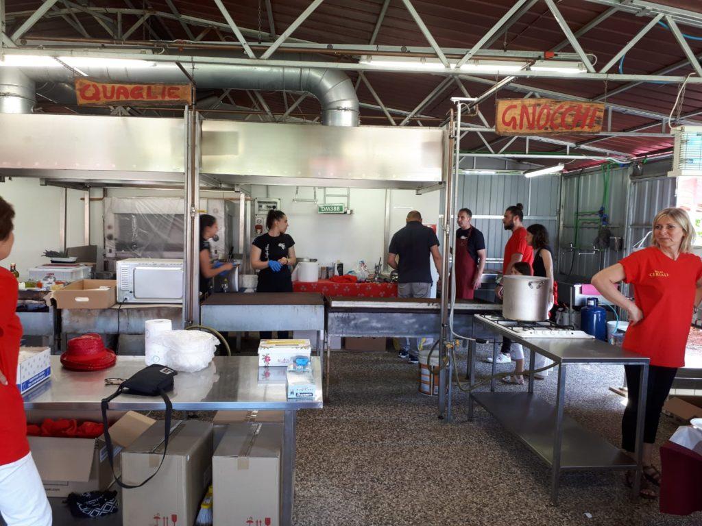 Alcuni volontari in cucina